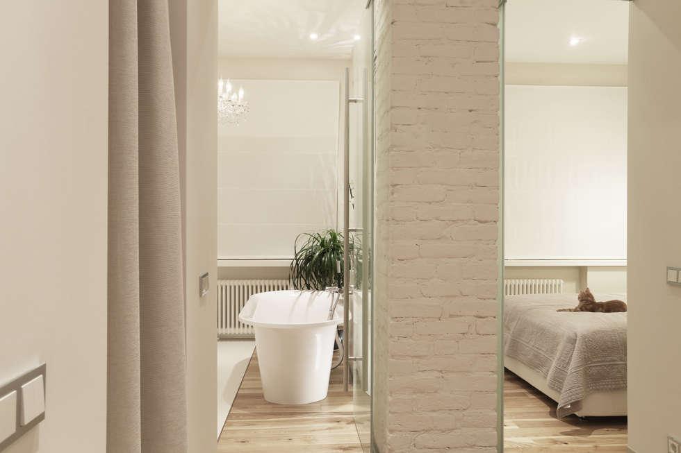Ванна и спальня: Ванные комнаты в . Автор – Double Room