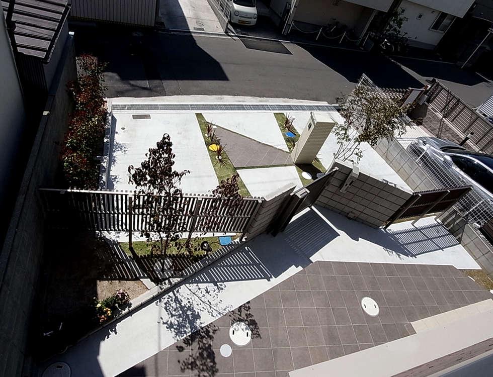 敷地を俯瞰で考えたカタチ: sotoDesign  株式会社竹本造園が手掛けた家です。