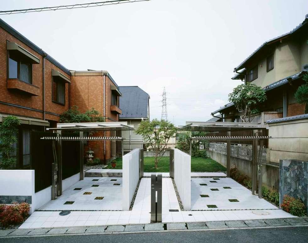 左右対称の配置: sotoDesign  株式会社竹本造園が手掛けた家です。