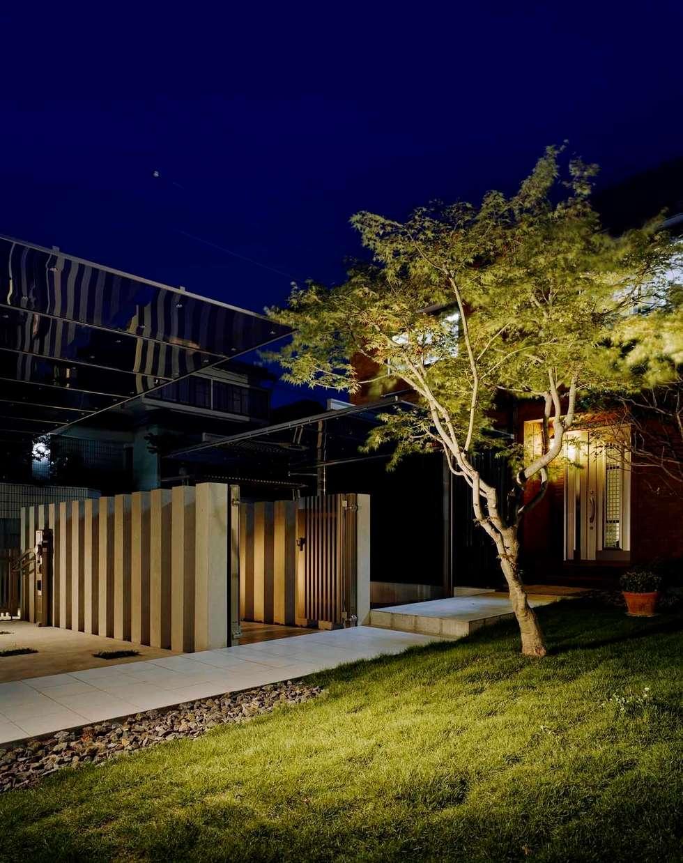 庭の夜景は 家族だけの愉しみ: sotoDesign  株式会社竹本造園が手掛けた家です。