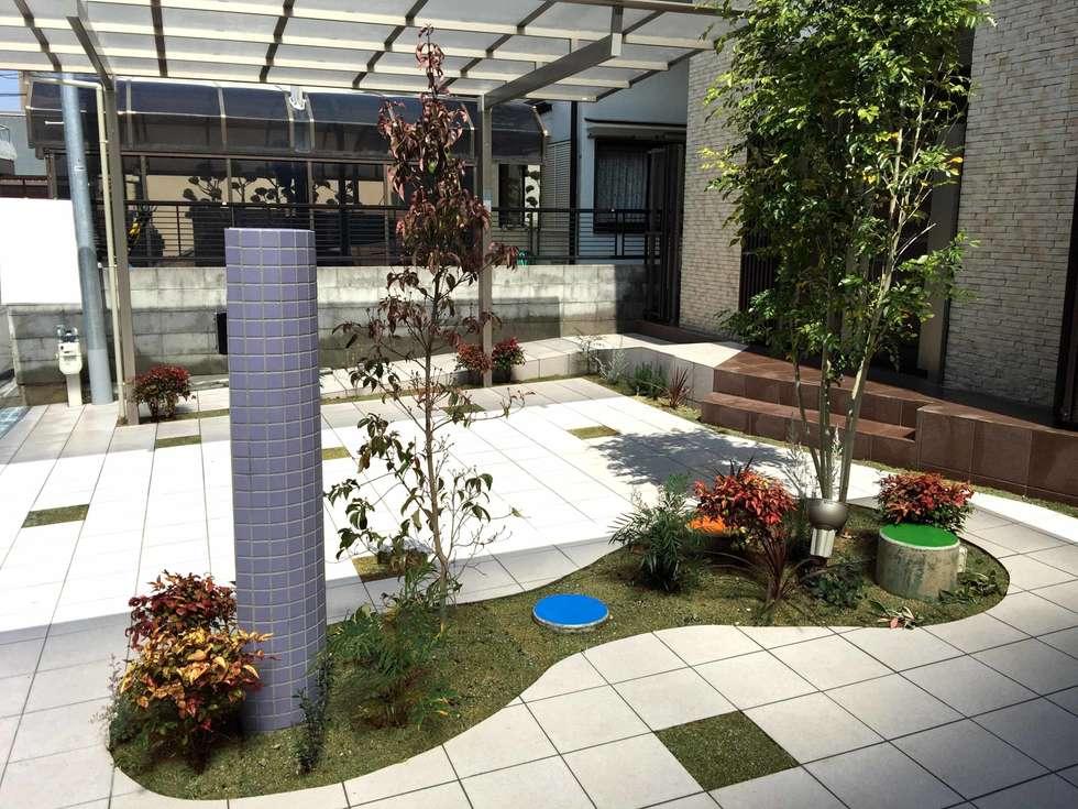 緑があるだけで シンプルな外構は光る: sotoDesign  株式会社竹本造園が手掛けた家です。