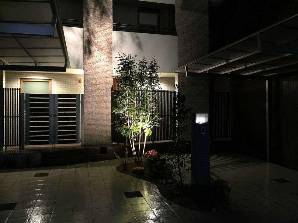 夜景も 凛と潔い端正さで: sotoDesign  株式会社竹本造園が手掛けた家です。