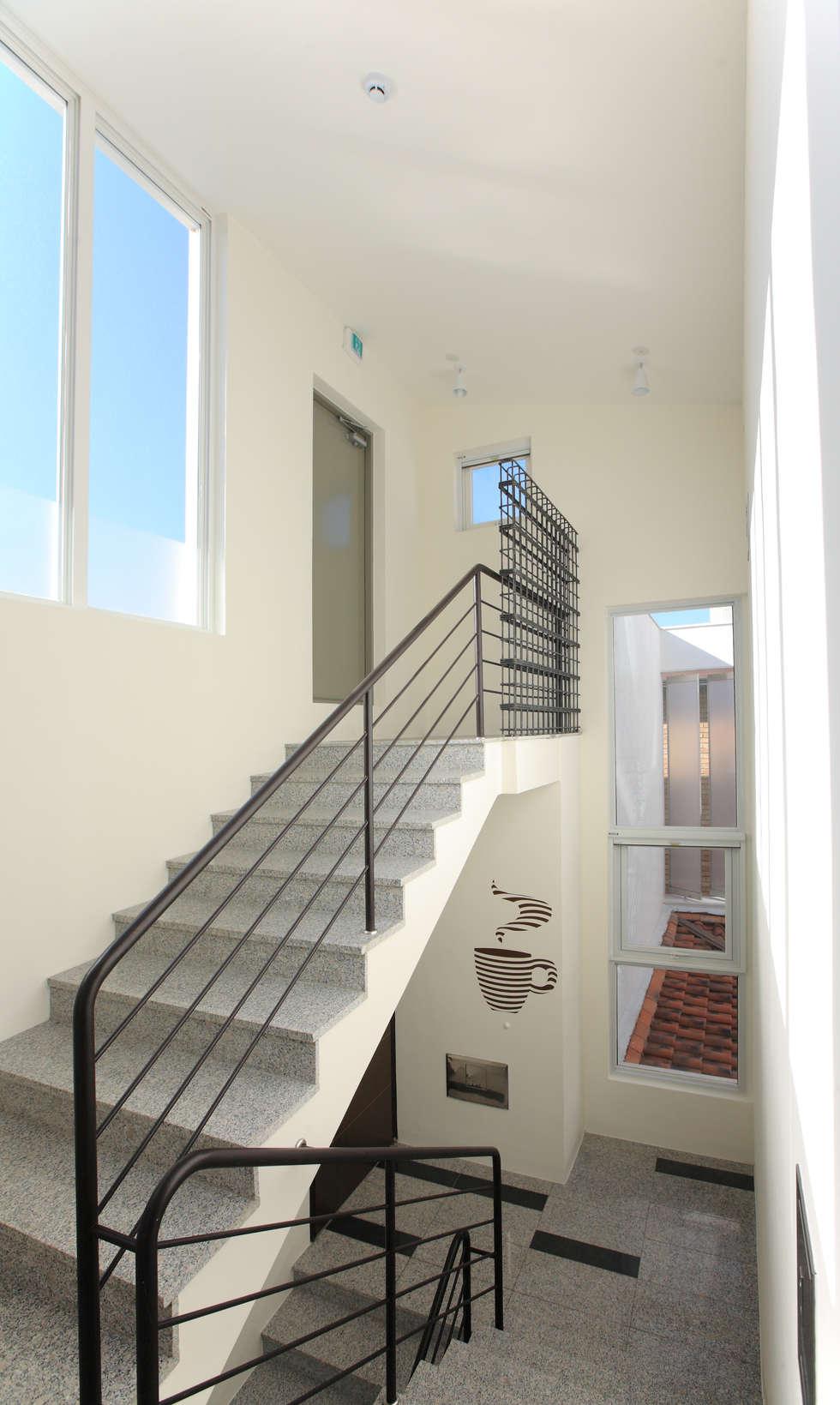 3층 계단실: 현앤전 건축사 사무소(HYUN AND JEON ARCHITECTURAL OFFICE )의  복도 & 현관