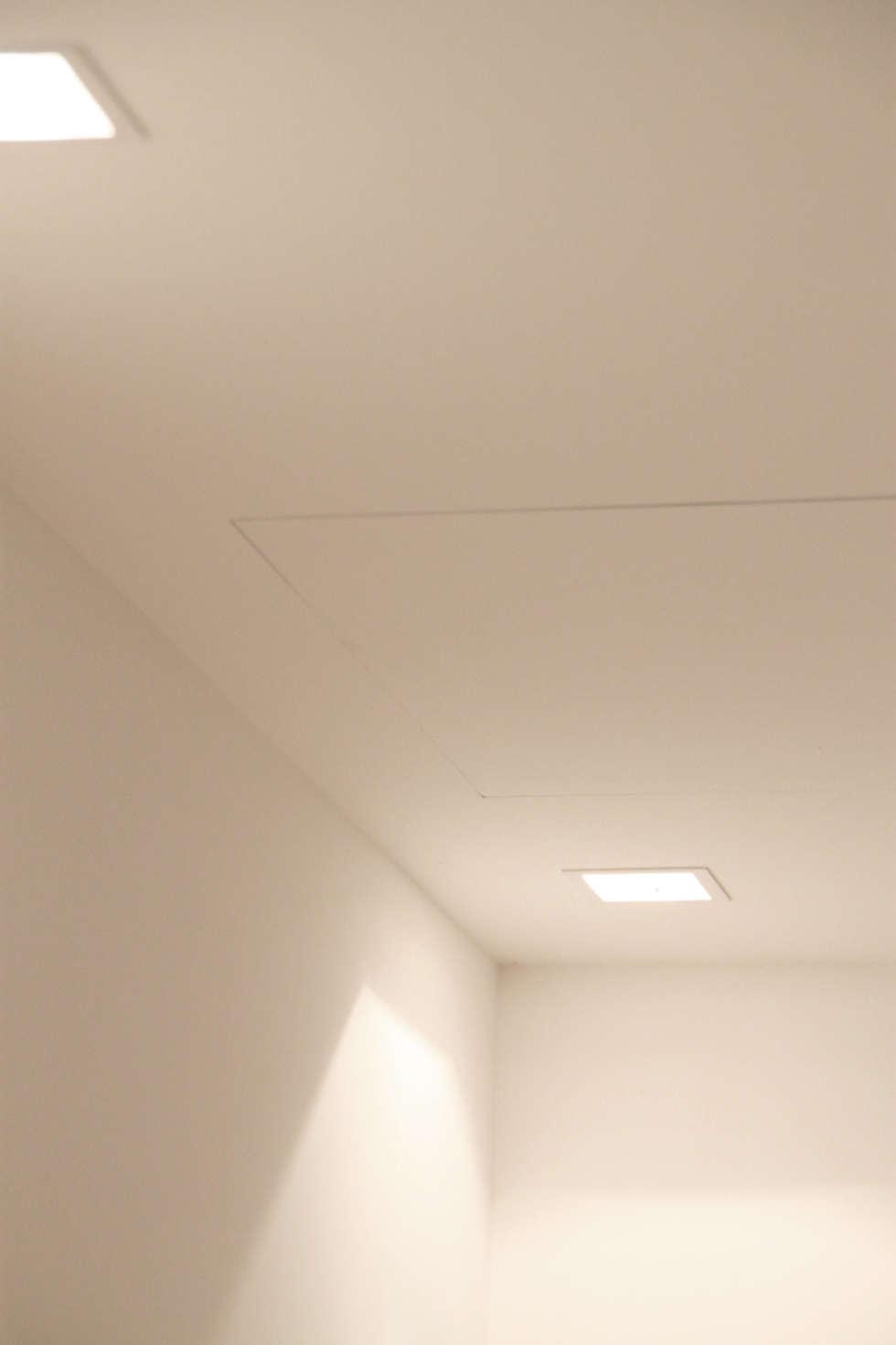 Illuminazione: Ingresso & Corridoio in stile  di Davide Ceron Architetto