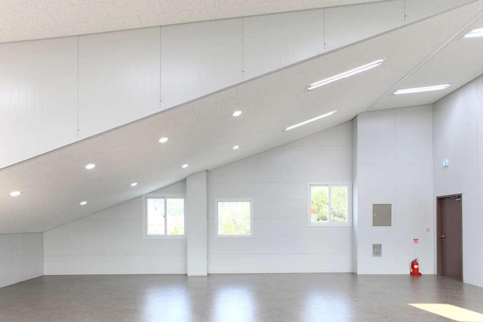 2층  근린생활시설: 현앤전 건축사 사무소(HYUN AND JEON ARCHITECTURAL OFFICE )의  서재 & 사무실