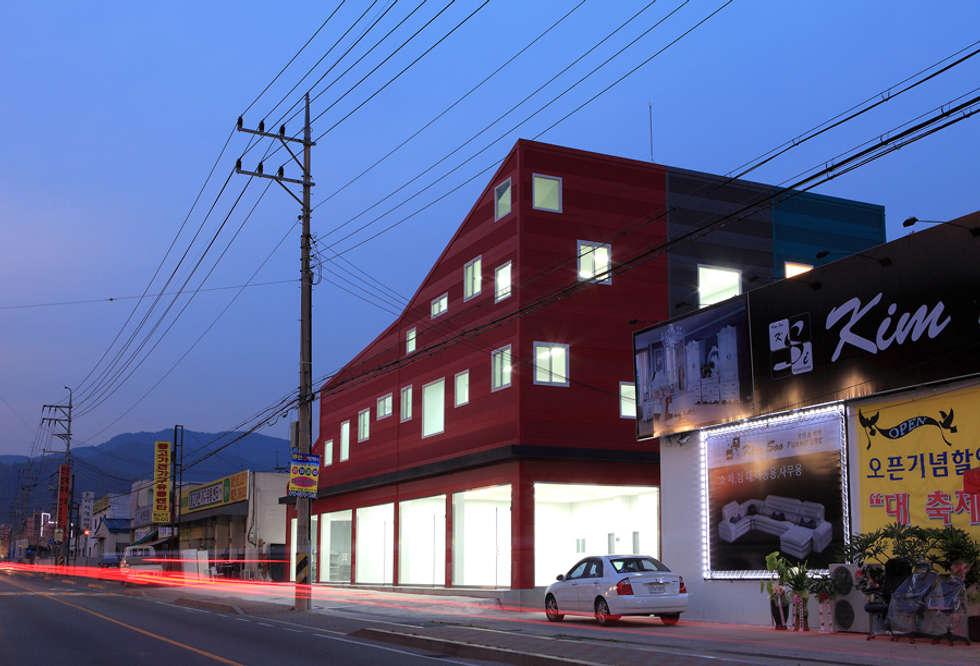 건물 전경(야간): 현앤전 건축사 사무소(HYUN AND JEON ARCHITECTURAL OFFICE )의  서재 & 사무실
