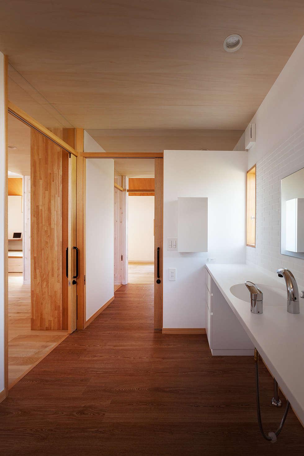 近江八幡の家・洗面: タクタク/クニヤス建築設計が手掛けた浴室です。
