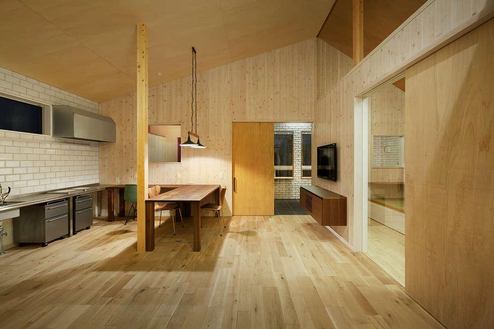 近江八幡の家・ダイニングキッチン: タクタク/クニヤス建築設計が手掛けたダイニングです。