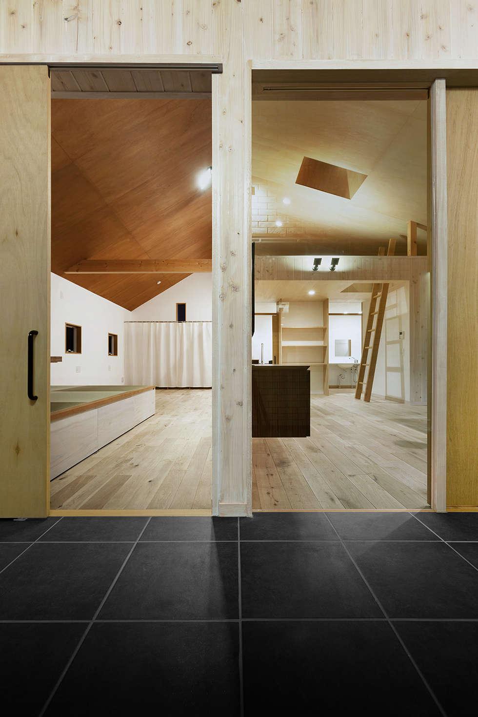 近江八幡の家・インナーテラス: タクタク/クニヤス建築設計が手掛けたリビングです。
