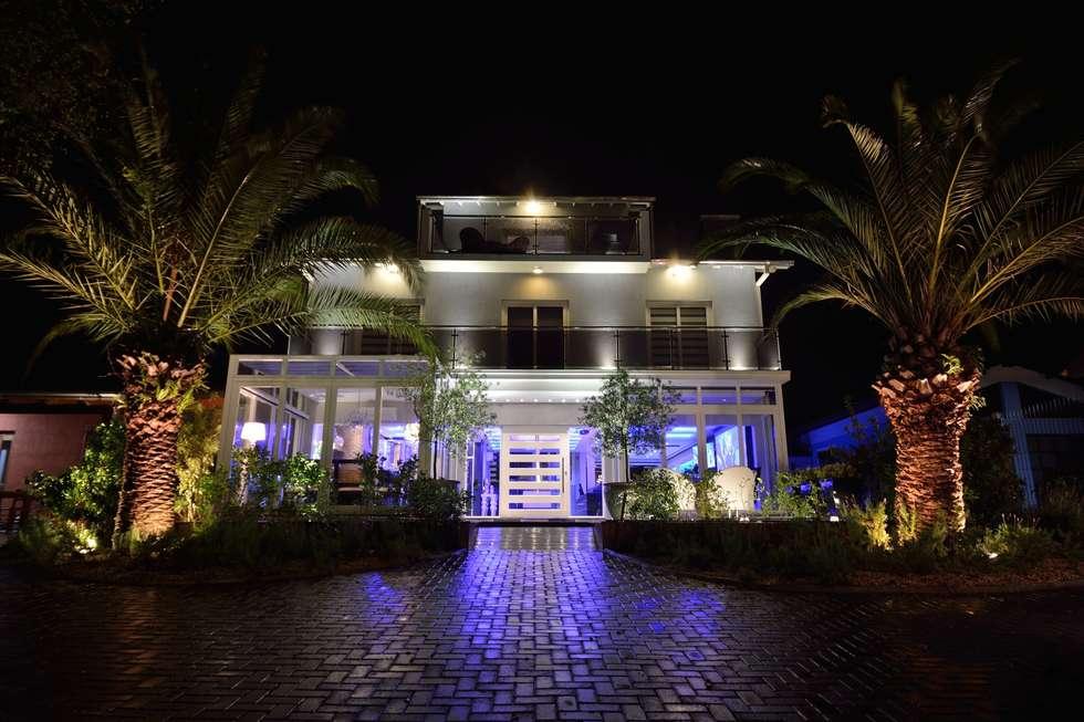 Entrada principal: Casas modernas por Paulinho Peres Group