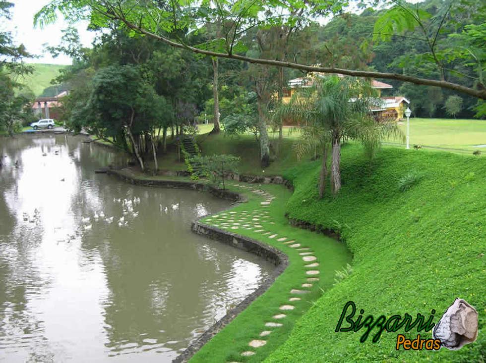 Muro de pedra para lago: Jardins rústicos por Bizzarri Pedras