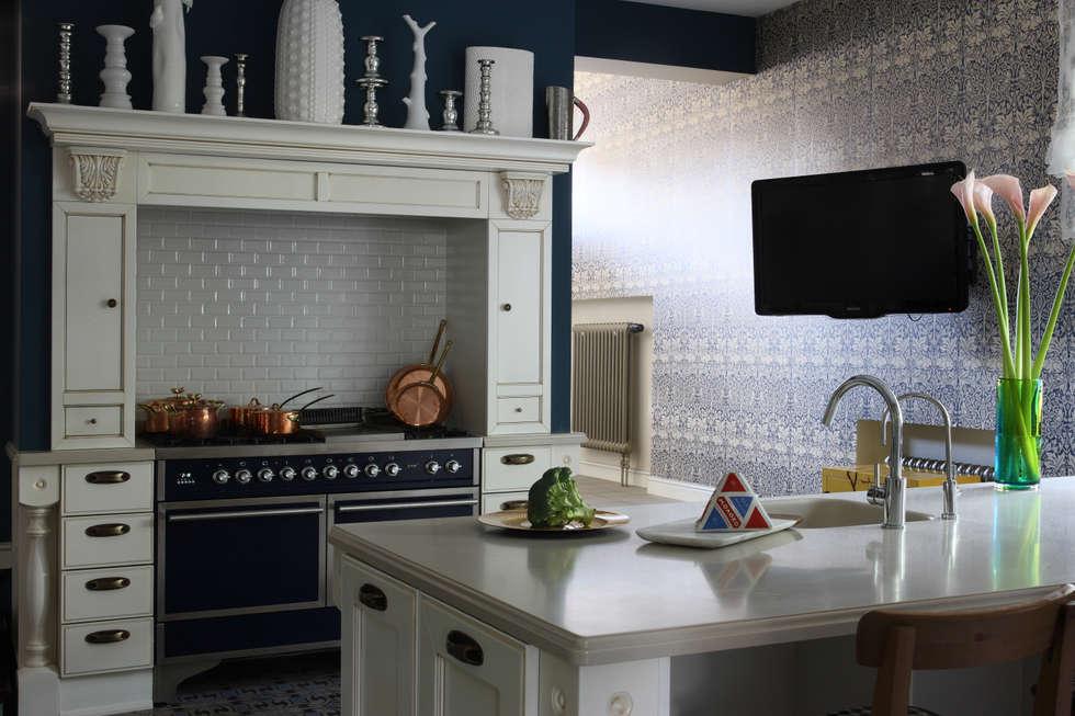 Загородный дом, Новая Рига: Кухни в . Автор – Roberts Design