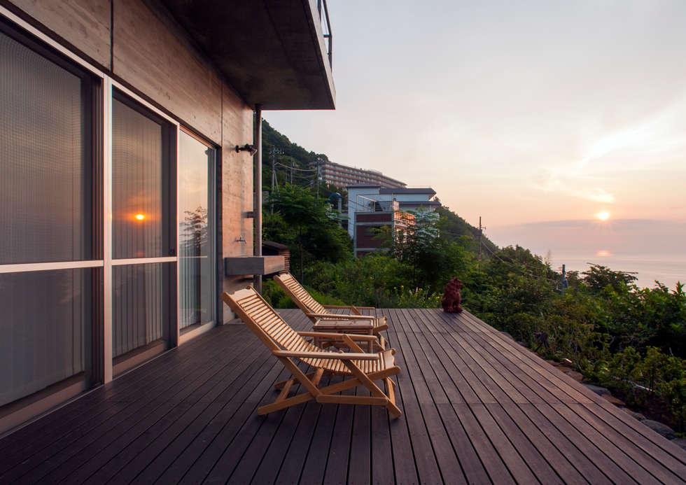 熱海の別荘: 井上洋介建築研究所が手掛けたベランダです。