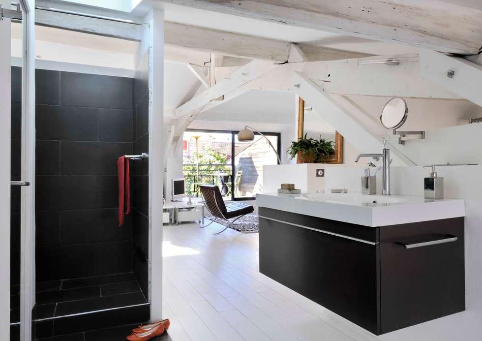 vue depuis la salle de bain: Salle de bains de style  par Loftsdesign