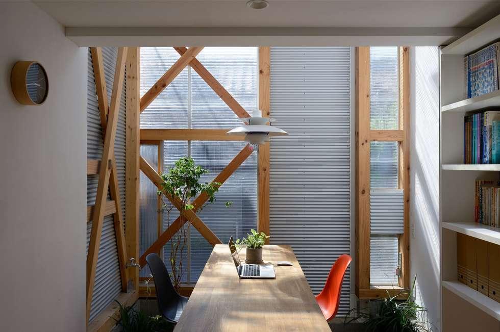 生野区 の長屋 - Row house of Ikunoku: 林泰介建築研究所が手掛けたダイニングです。