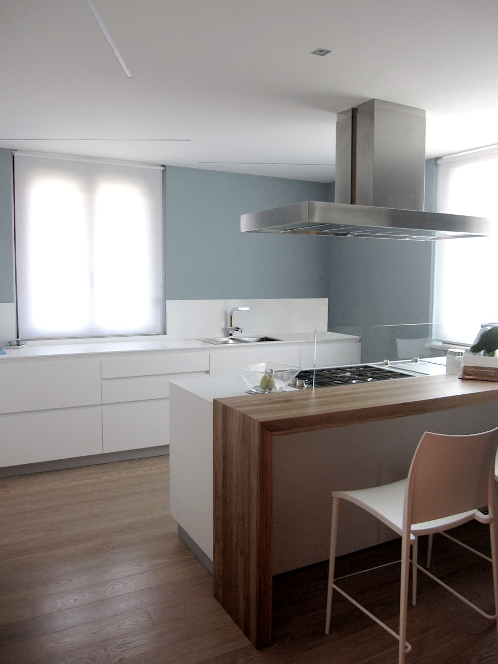 cucina con penisola: Cucina in stile in stile Moderno di studio radicediuno
