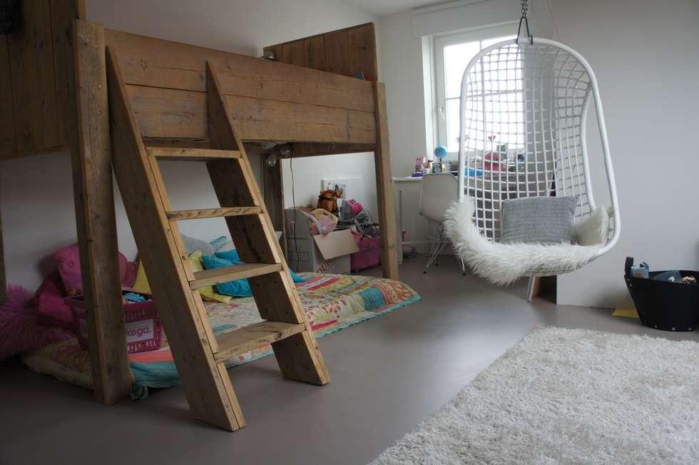 Kinderkamer met een gietvloer. : moderne Kinderkamer door Design Gietvloer