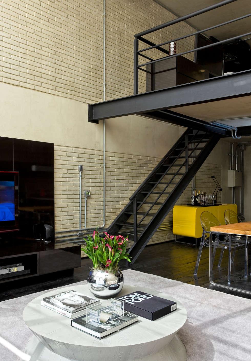 Industrial Loft: Salas de estar industriais por DIEGO REVOLLO ARQUITETURA S/S LTDA.
