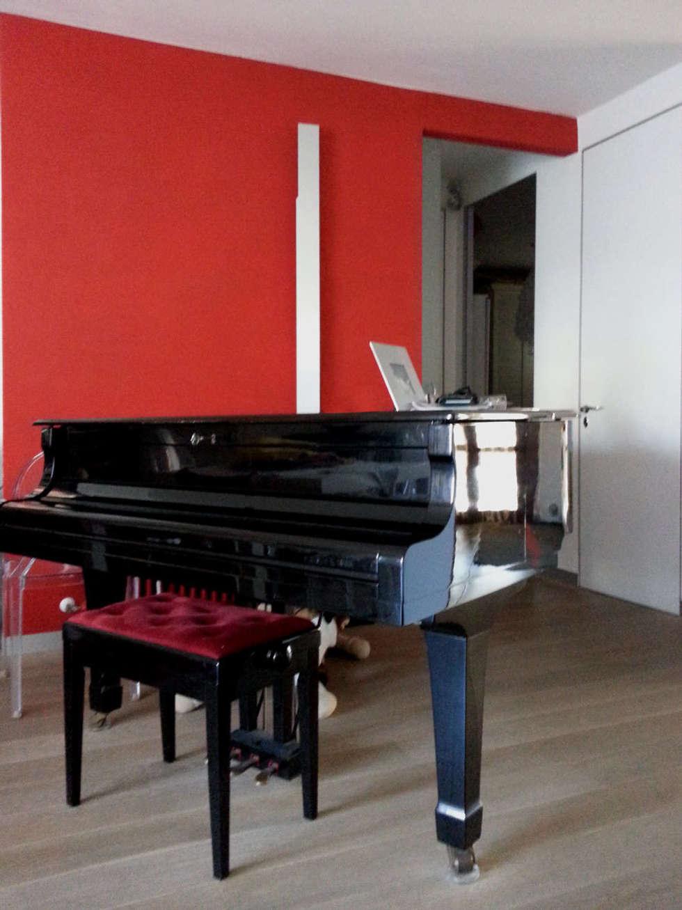 particolare del pianoforte: Soggiorno in stile in stile Moderno di studio radicediuno