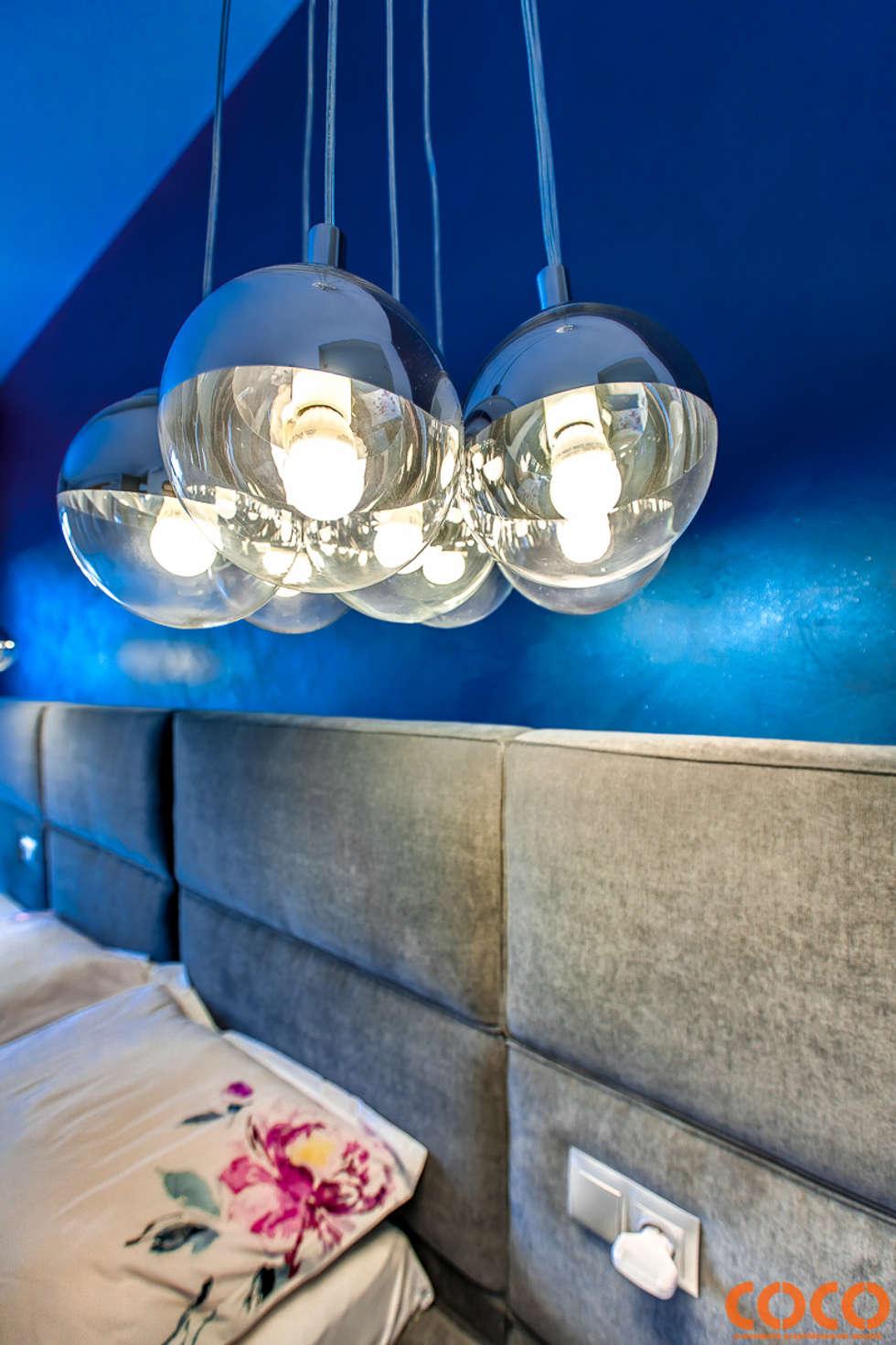 Dom w szarościach: styl , w kategorii Sypialnia zaprojektowany przez COCO Pracownia projektowania wnętrz