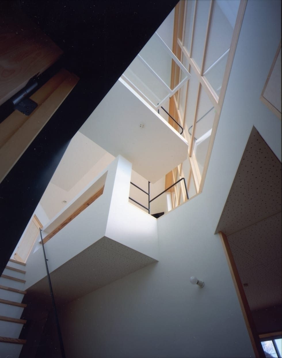 目神山の家 - House of Megamiyama: 林泰介建築研究所が手掛けた廊下 & 玄関です。
