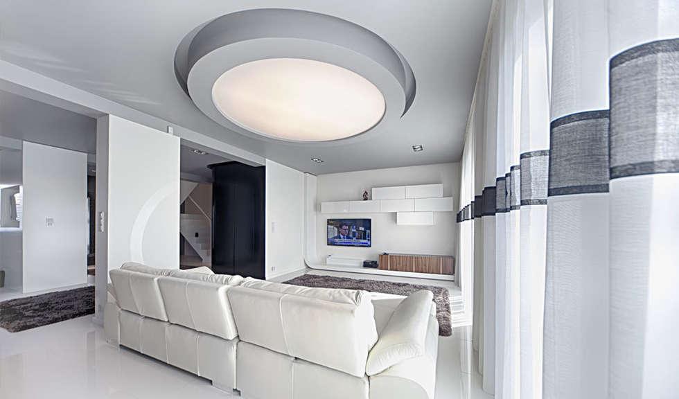 salon z okrągłą lampą: styl , w kategorii Salon zaprojektowany przez Anchal Anna Kuk-Dutka