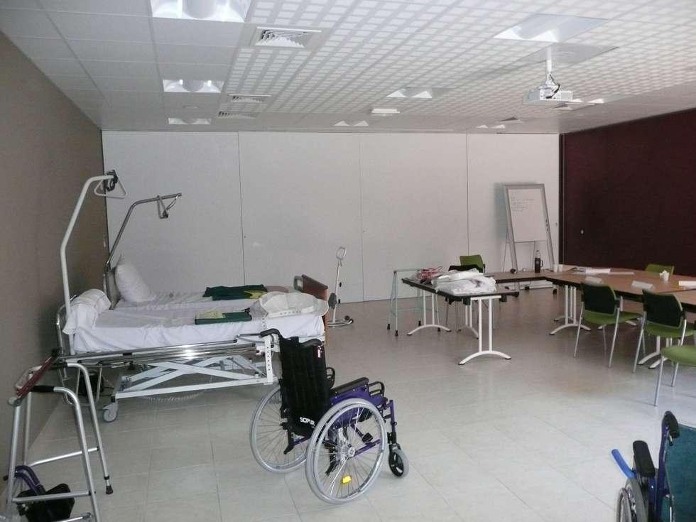 Salle de formation: Hôpitaux de style  par AGENCE D'ARCHITECTURE BRAYER-HUGON