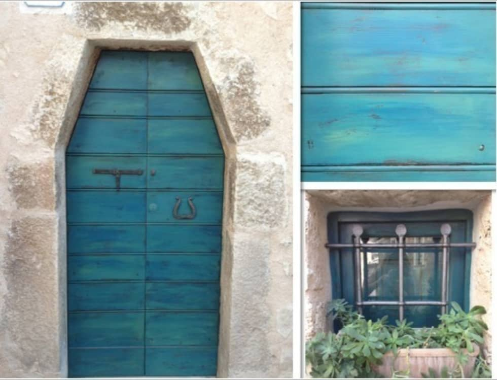 Il portoncino decapato: Case in stile in stile Mediterraneo di Creazionedatmosfere