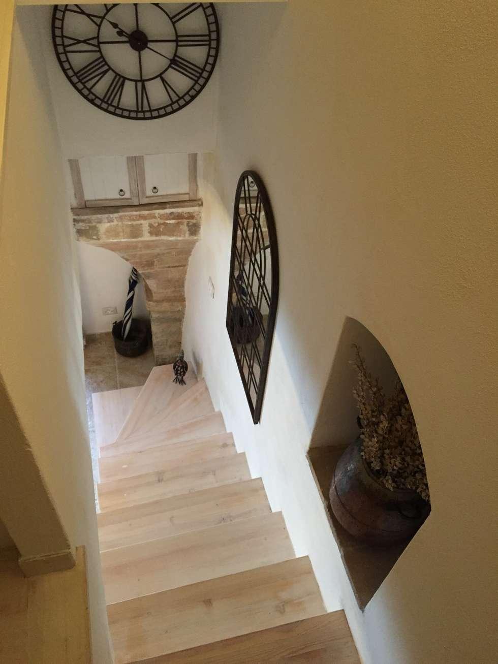 Vista dalla scala: Ingresso & Corridoio in stile  di Creazionedatmosfere