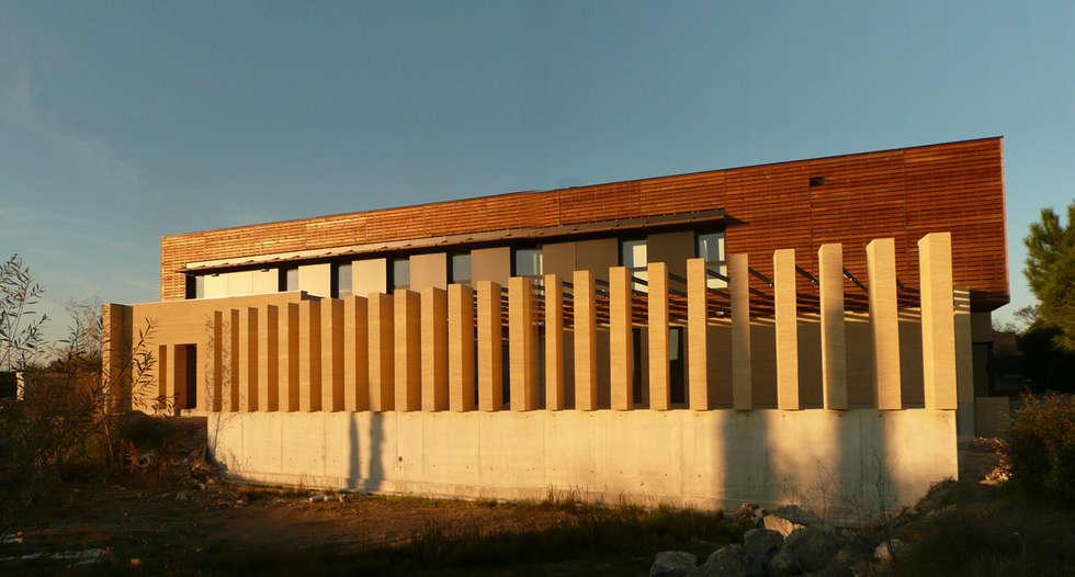 Façade sud du bâtiment: Hôpitaux de style  par AGENCE D'ARCHITECTURE BRAYER-HUGON