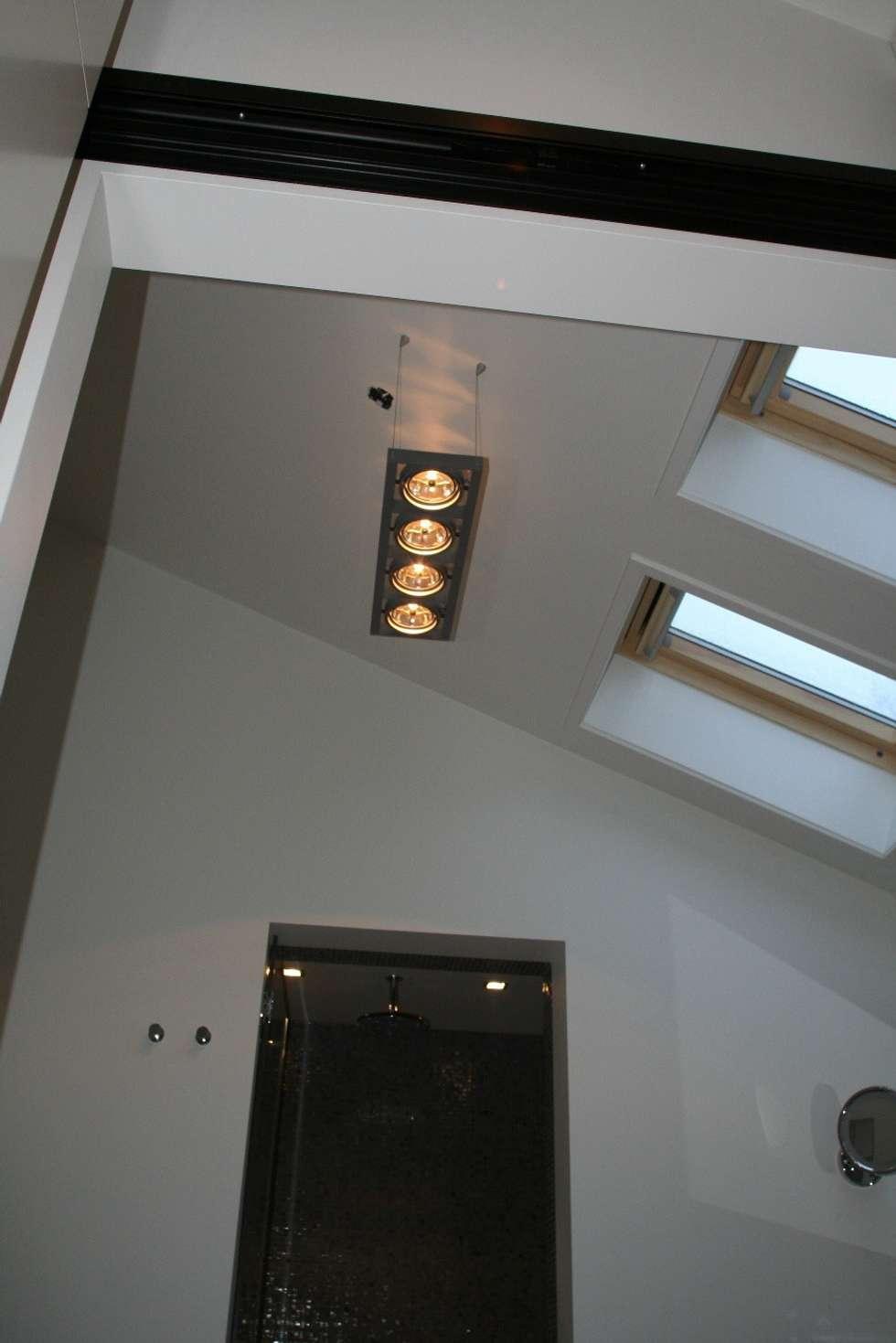Hoogte met bijzonder licht: moderne Badkamer door Bad & Design
