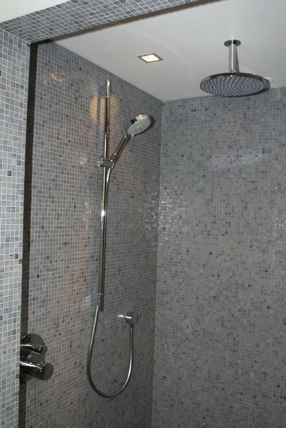 Hoofddouche met glijstang en handdouche: moderne Badkamer door Bad & Design