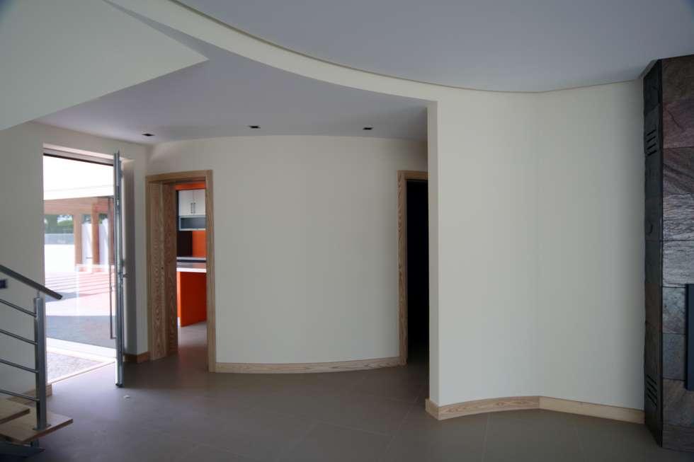 P309_2007 Quinta da Luz Quintas  Ílhavo   -     www.vitoria.com.pt: Salas de estar ecléticas por José Vitória Arquitectura