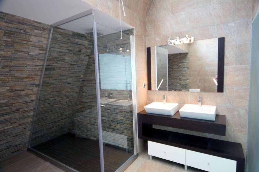 P309_2007 Quinta da Luz Quintas  Ílhavo   -     www.vitoria.com.pt: Casas de banho ecléticas por José Vitória Arquitectura