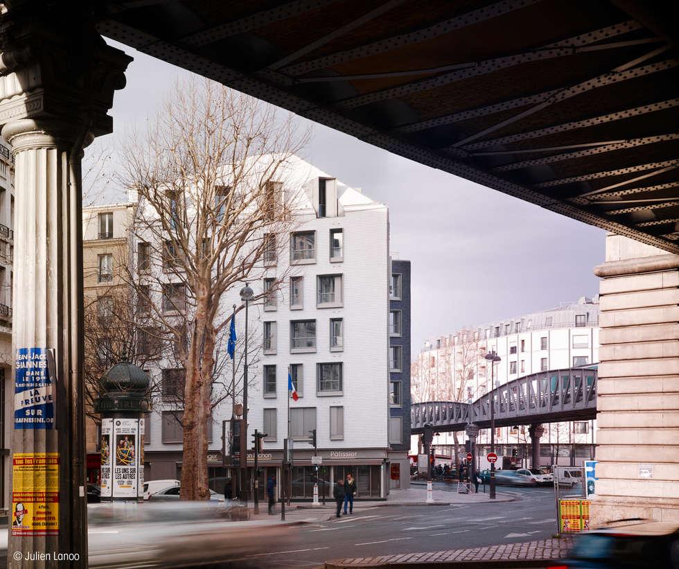À la confluence de différents flux : piétons, automobiles et métro aérien.: Maisons de style de style Moderne par fresh architectures