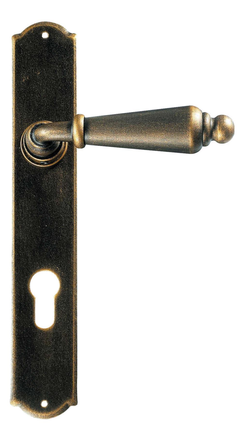 Maniglia Classica in ferro art.2400: Finestre in stile  di Galbusera Giancarlo & Giorgio S.n.c.