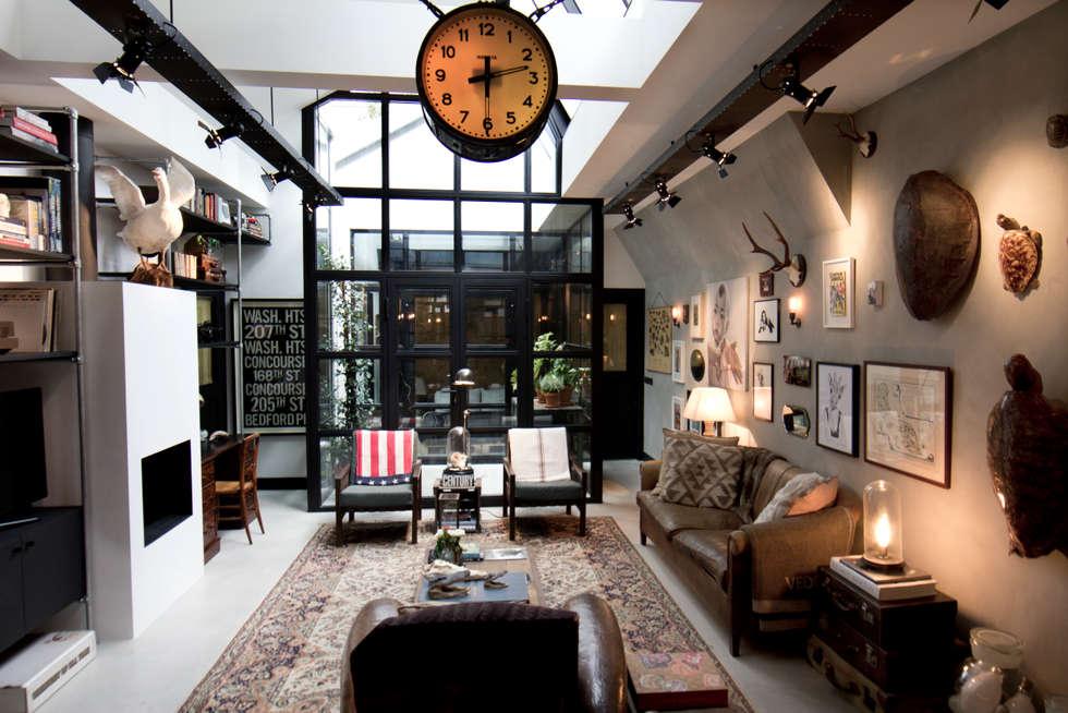 Garage Loft: industriële Woonkamer door BRICKS Studio