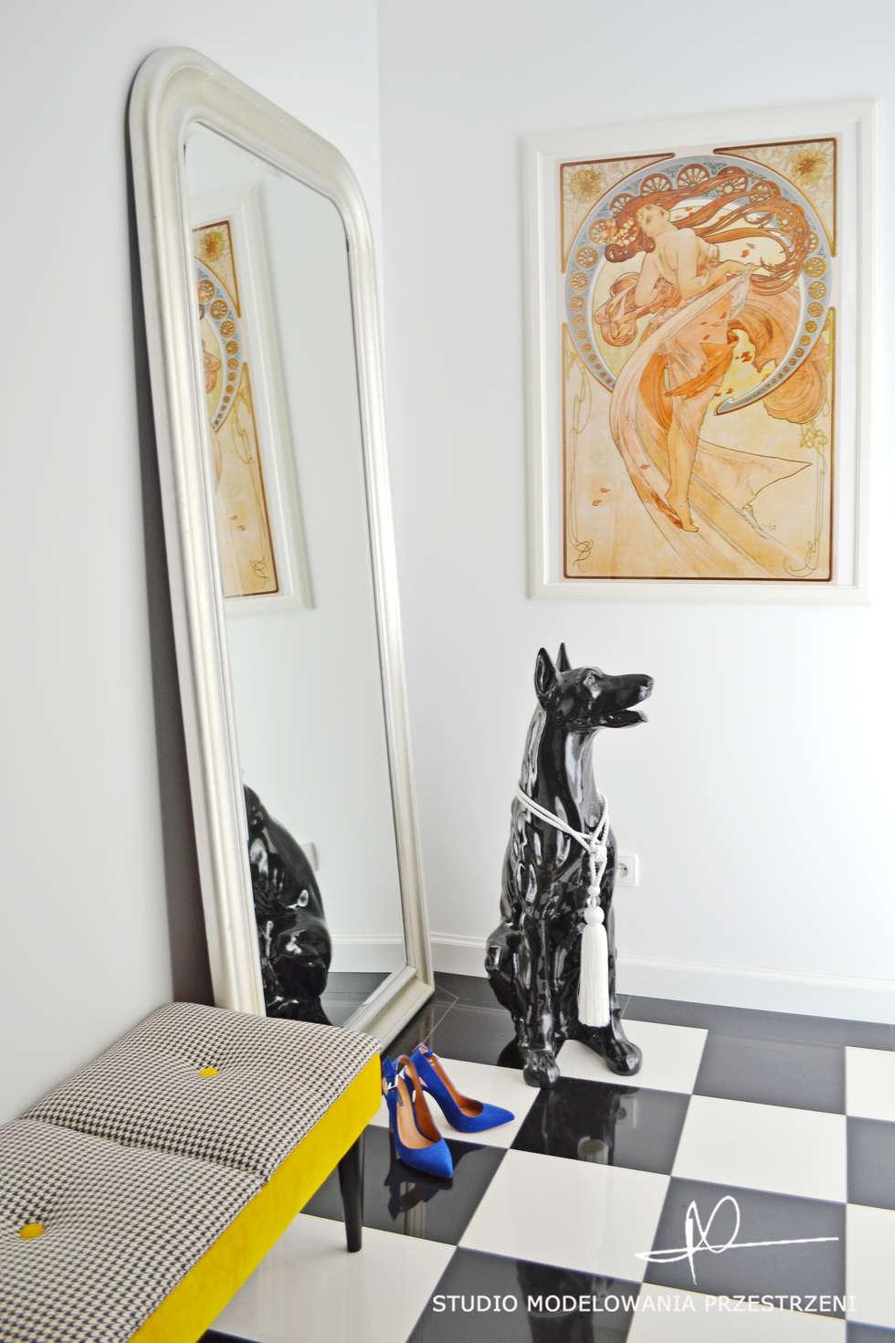 Pies, Alfons Mucha i szachownica.: styl , w kategorii Korytarz, przedpokój zaprojektowany przez Studio Modelowania Przestrzeni