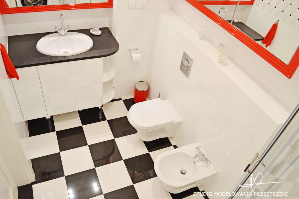 Szachownica i czerwone ramy.: styl , w kategorii Łazienka zaprojektowany przez Studio Modelowania Przestrzeni