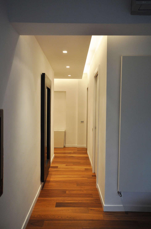 Il corridoio: Ingresso & Corridoio in stile  di Improver Studio