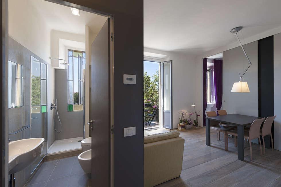 dall'ingresso : Bagno in stile in stile Moderno di Tommaso Giunchi Architect
