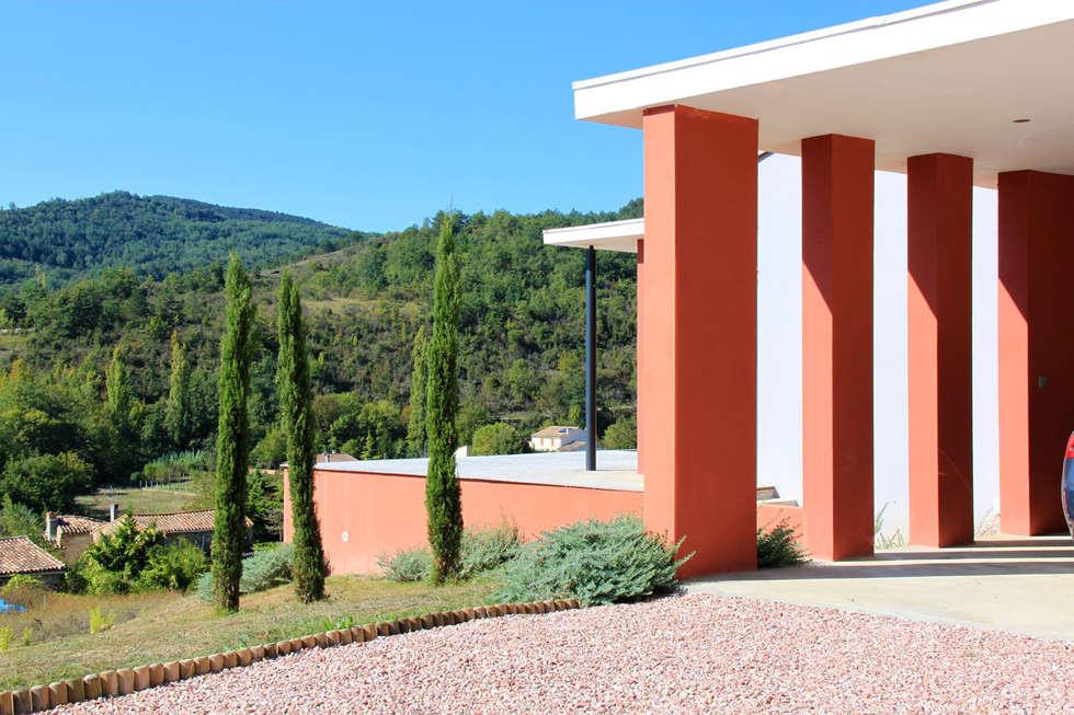 vue sur la vallée: Maisons de style de style Moderne par RAYNAUD JEAN-LUC