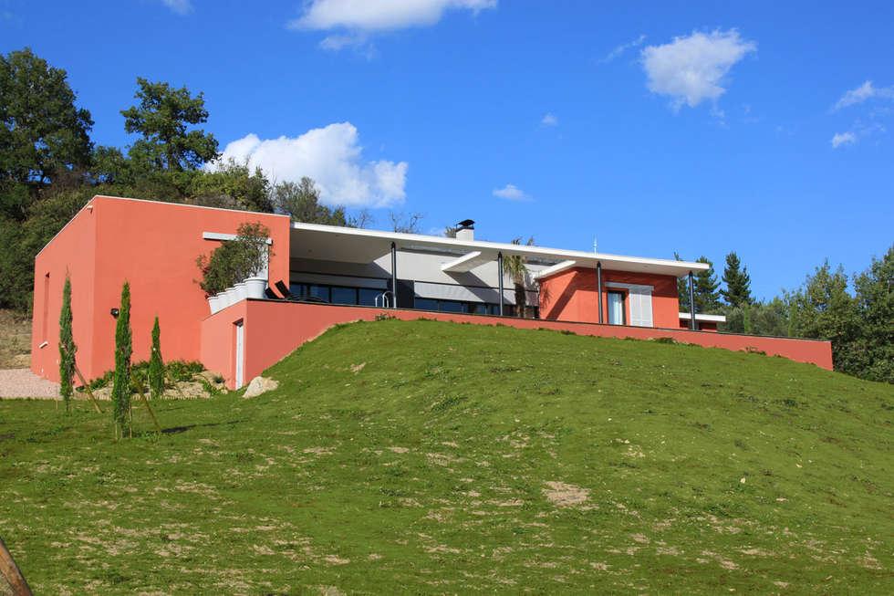 la façade Sud: Maisons de style de style Moderne par RAYNAUD JEAN-LUC