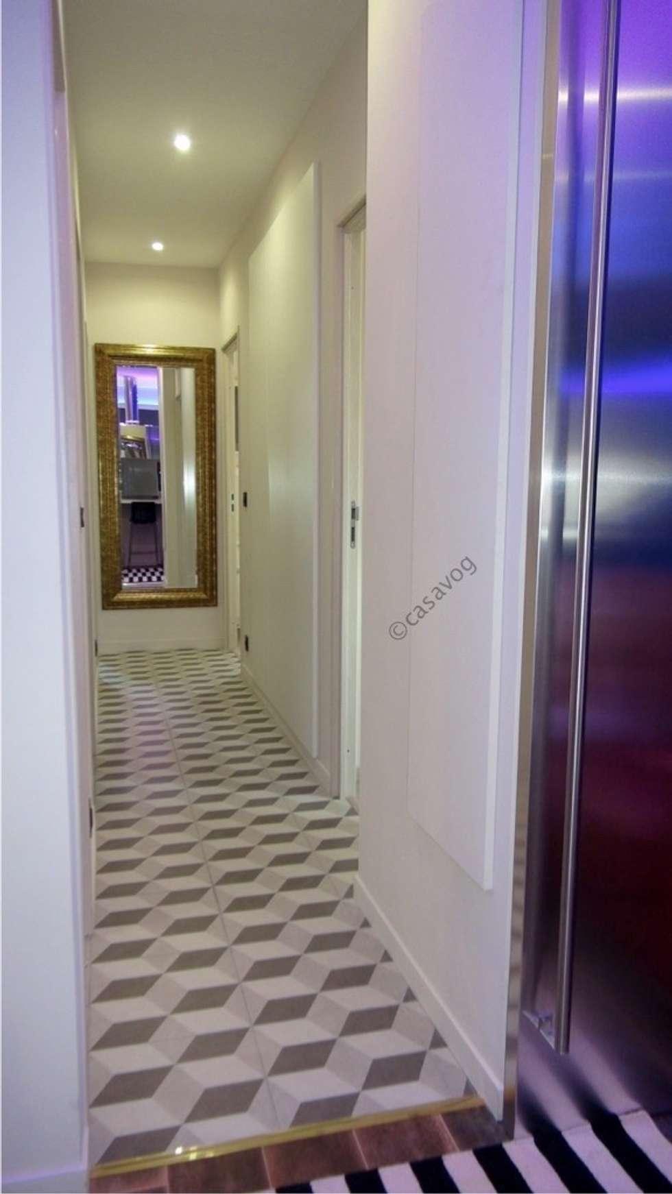 couloir: Couloir et hall d'entrée de style  par Casavog