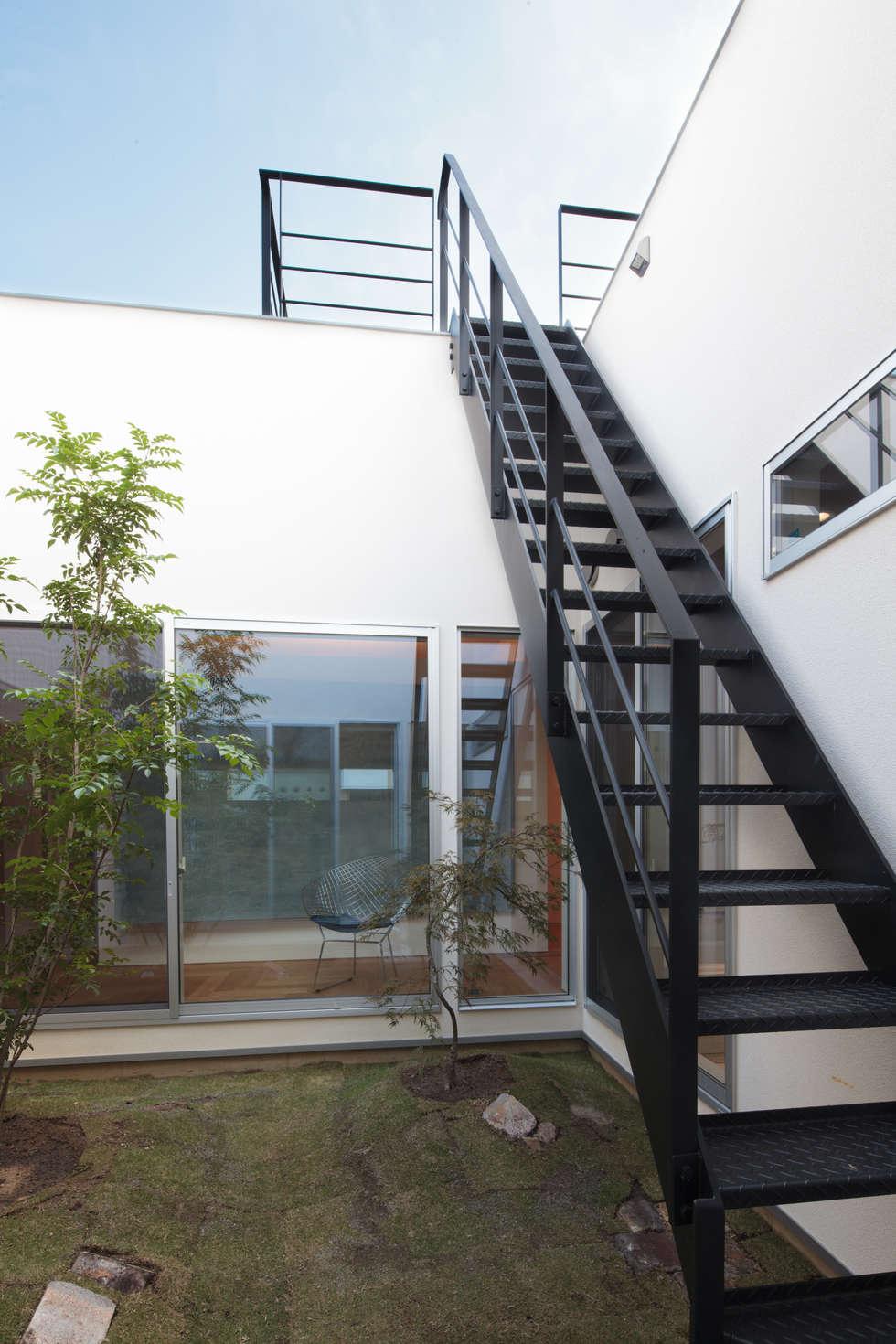 階段: 内田建築デザイン事務所が手掛けた廊下 & 玄関です。