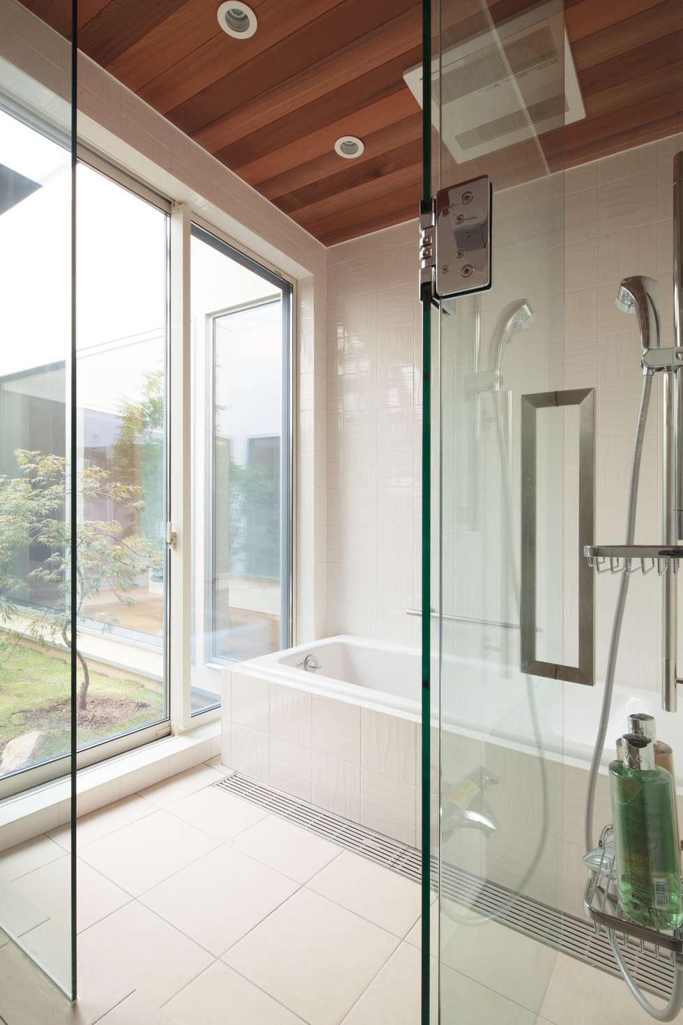 バスルーム: 内田建築デザイン事務所が手掛けたスパです。