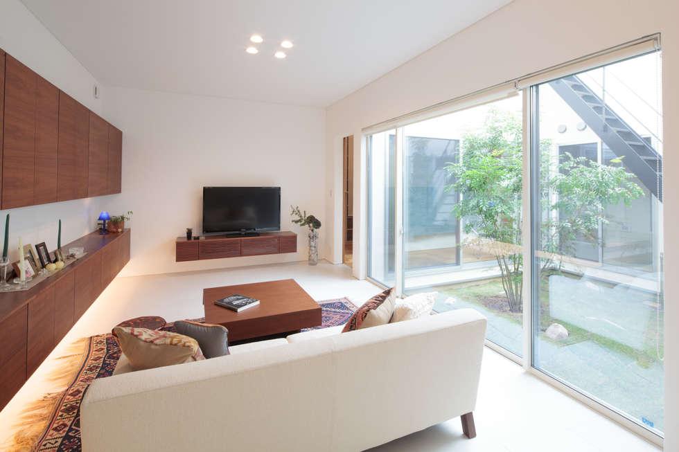 リビング: 内田建築デザイン事務所が手掛けたリビングです。