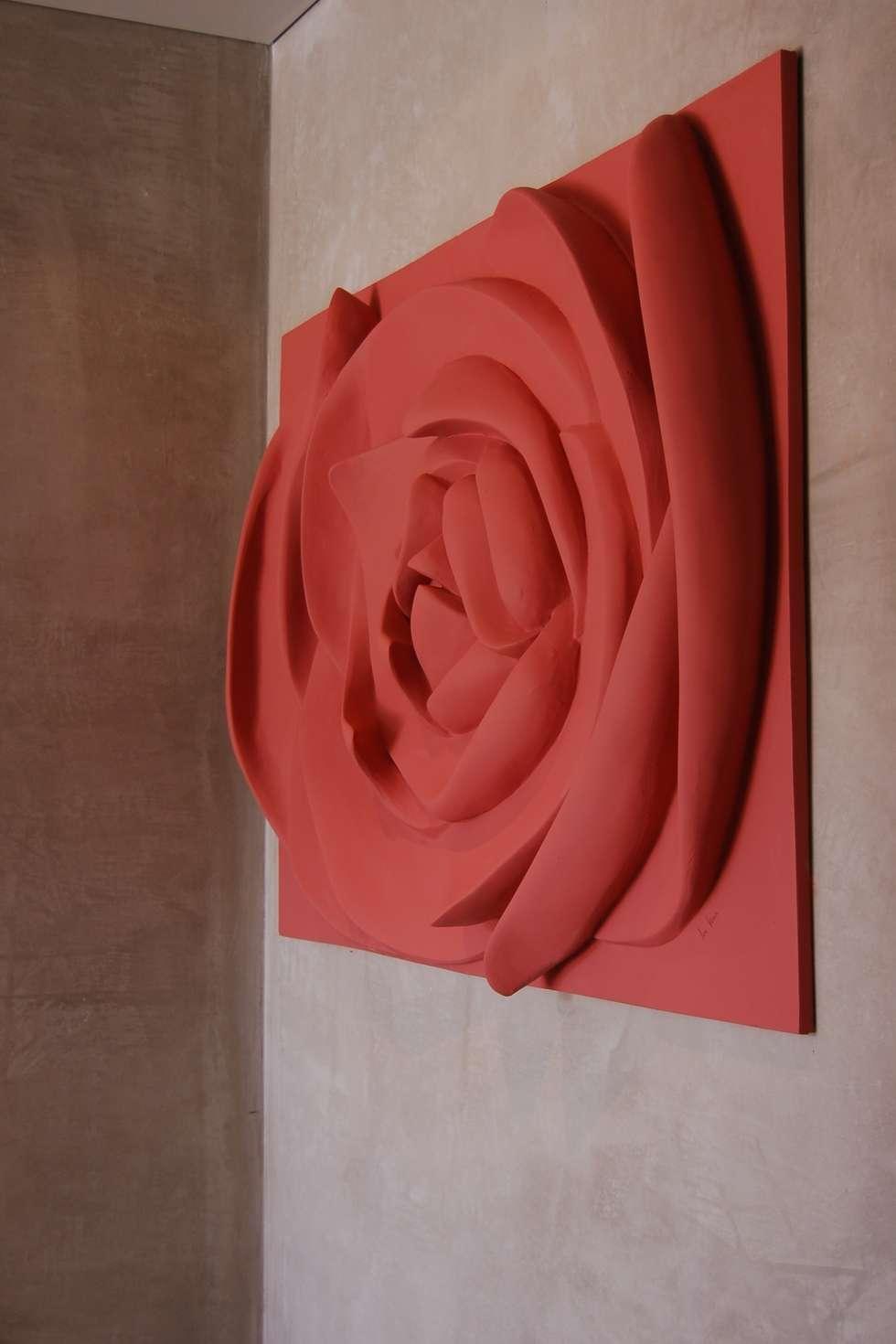 Painel flor Rosa velho: Corredores e halls de entrada  por Iva Viana Atelier de Escultura