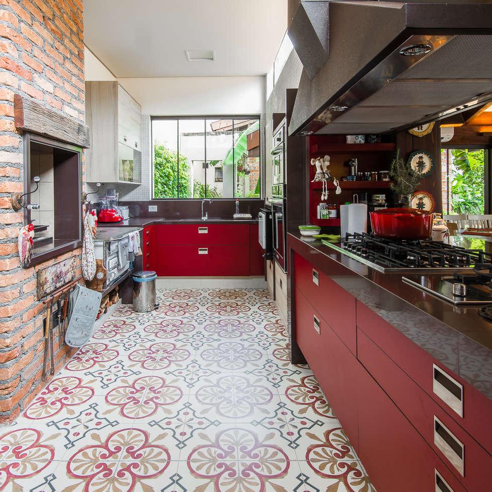 Varanda Gourmet | Campo Grande MS: Cozinhas ecléticas por Camila Tannous Arquitetura & Interiores