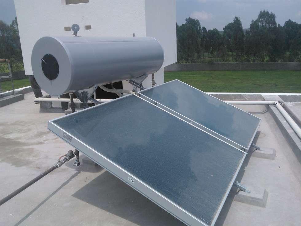 ENERGIA SOLAR: Albercas de estilo moderno por Simah